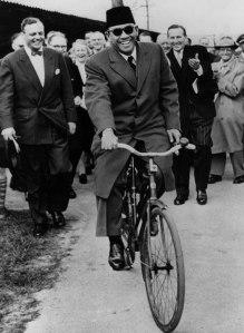 Sukarno, Peci, Sepeda, dan Senyum Cerianya (Credit: gettyimages.com)