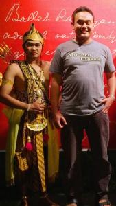 Meskipun Kembung sehingga Tertampak di Foto Berperut Buncit, Orang Pintar sedang Serius Menjajaki Bahasa Indonesia Langgam Sendratari Ramayana