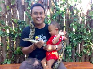 Orang Brilian bersama Anaknya Rifqi Abdillah sedang Menjajaki Penciptaan Bahasa Indonesia Langgam Desis Ular