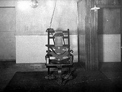 Kursi listrik buah karya Harold P. Brown dan Thomas Alva Edison yang dipakai untuk mengeksekusi terpidana mati lewat kursi listrik pertama William Kemmler di tahun 1890 (credit: newworldencyclopedia.org)