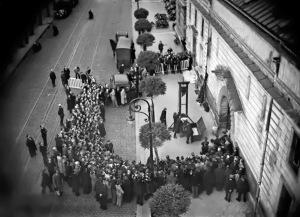 Ekesekusi guillotine di depan publik yang terakhir diberlakukan di Perancis terhadap pembunuh berdarah dingin Eugène Weidmann, 17 Juni 1939  (credit: rarehistoricalphotos.com)