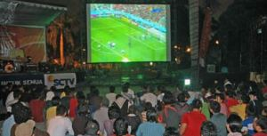 Lek-lekan Menonton Bola (credit: ayomaju.info)