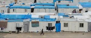 Pemandangan dari 'kota' Oncupinar Container di Kilis, Turki, yang dilengkapi dengan fasilitas sosial, sekolah, tempat pelatihan, layanan kesehatan, dan pusat olahraga di mana 14 ribu pengungsi Suriah tinggal. Kebijakan pemerintah Turki untuk membuka pintu selebar mungkin kepada pengungsi Suriah membuat Turki dibanjiri para pengungsi dibandingkan negara-negara lain meskipun kritikan terhadap pemerintah Turki juga ada terkait beberapa aturan ketat kepada para pengungsi ini di dalam kelenturan hukum Turki memberikan kesempatan kerja bagi para pengungsi ini. (Photo by Atilgan Ozdil/Anadolu Agency/Getty Images)