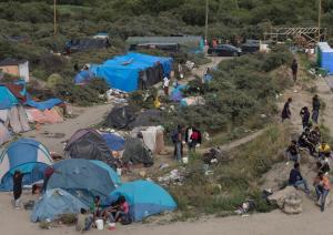 Kamp Pengungsi di Calais, Perancis. Para pengungsi Syria selain juga negara Afrika serta Timur Tengah yang sedang bergolak mendapatkan area pengungsian di daerah Perancis ini. Beberapa berhasil mengajukan 'asylum' dan beberapa melintas perbatasan menuju UK. Beberapa tetap tinggal dalam kamp pengungsian seperti ini. (Foto diambil dari jepretan Sean Smith,
