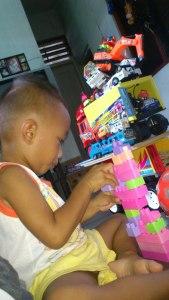 Rifqi Abdillah bersama kebiasaannya bereksperimen dengan mainan konstruksi dan mobil-mobilan, 27 November 2012