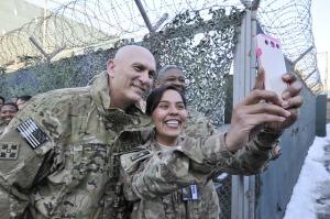Sersan Austina Knotek ber-selfie dengan Kepala Staf Angkatan Darat Amerika Serikat Jenderal Ray Odierno di Kabul, Afghanistan, 7 Februari 2014. Credit: Nate Allen