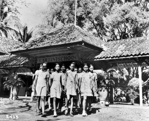 """Repro Negatif. """"Kartinischool"""" (Sekolah Kartini), sebuah Sekolah Dasar untuk anak perempuan, di Jakarta, Jawa (Sekitar 1952, Koleksi Tropenmuseum, Wikimedia Commons)"""
